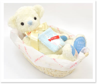 20thアニバーサリーオフホワイトのベア赤ちゃんを運ぶ「クーファン」に使われる自然素材「メイズ」のバスケットに寝かせてお届けします。