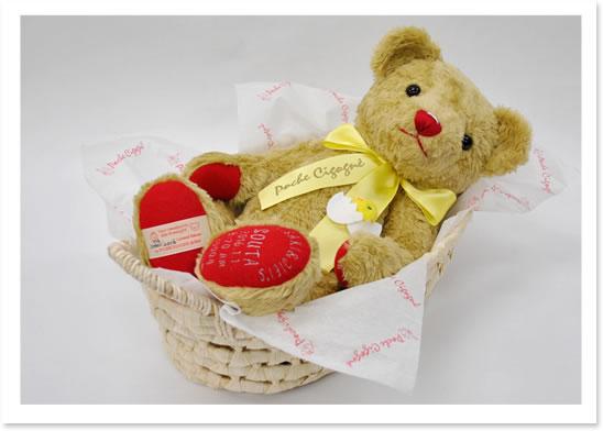 赤ちゃんを運ぶ「クーファン」に使われる自然素材「メイズ」のバスケットに寝かせてお届けします。